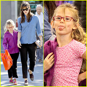 Jennifer Garner: Violet Makes Silly Faces on Shopping Trip!