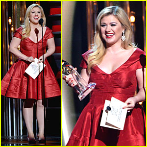 Kelly Clarkson: Red Hot Presenter at CMAs 2013!