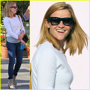 Reese Witherspoon Smiles for Sunday Brunch with Family!