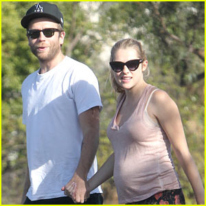 Teresa Palmer: I Love My Pregnancy Pillow!