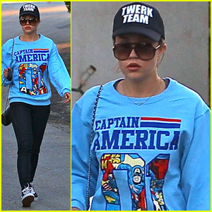 Amanda Bynes: Saturday Stroll with Her Parents & Pups