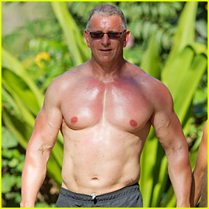 Celebrity Chef Robert Irvine Goes Shirtless in Hawaii!
