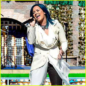 Demi Lovato: 'Let it Go' at Disney Christmas Parade (Video)