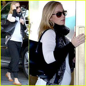 Emily Blunt Shows off Baby Bump, is a 'Cute Pregnant Lady'!