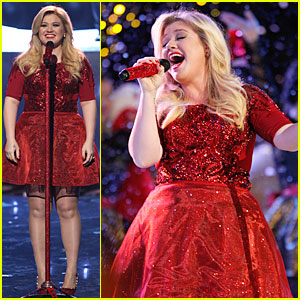Kelly Clarkson: 'Underneath the Tree' Performance on 'The Voice'!