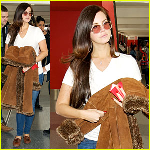 Lana Del Rey keeps it casual while arriving for a departing flight at