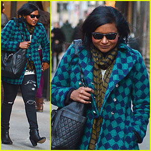 Mindy Kaling: Christmas Eve Stroll with Male Pal in NYC!