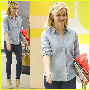 Reese Witherspoon: Casual X-Mas Decorating Gal!