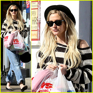 Ashlee Simpson Begins New Year with CVS Pharmacy Stop