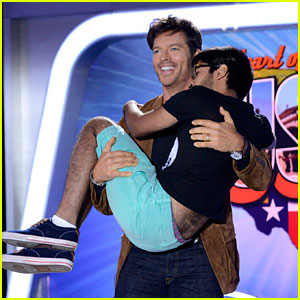 Harry Connick Jr. Starts Cradling Trend on 'American Idol'!