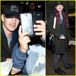 Hayden Christensen Takes Selfies with Fans at LAX!