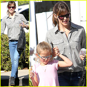 Jennifer Garner Treats Violet to an Ice Cream Snack!