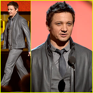 Jeremy Renner Presents at the Grammys 2014!