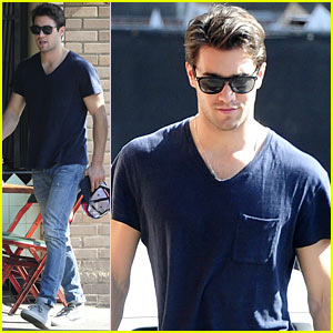 Josh Bowman Hangs with a Pal for Little Dom's Lunch!
