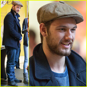 Alex Pettyfer's Most Romantic Gesture? Getting on an Airplane!