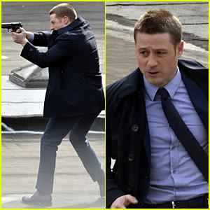 Ben McKenzie Pulls Out a Gun Quickly for 'Gotham' Scenes!