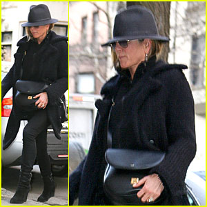 Jennifer Aniston Tries to Go Unnoticed with Fedora in NYC!