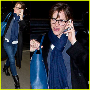 Jennifer Garner Flies Out of L.A. After Presenting at Oscars 2014
