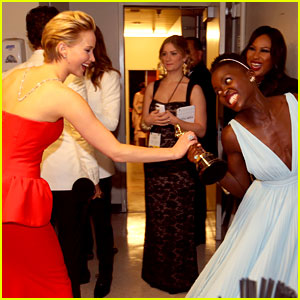Jennifer Lawrence Tries to Steal Lupita Nyong'o's Oscar Backstage - See the Funny Photo!