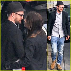 Justin Timberlake & Jessica Biel Kiss at Heathrow Airport!