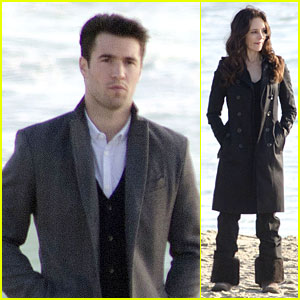 Josh Bowman Does Some Mother-Son Bonding with Madeleine Stowe For 'Revenge'!
