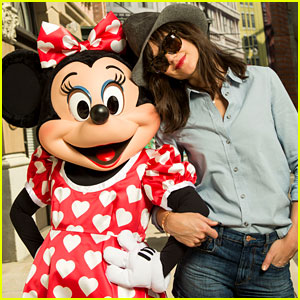 Katie Holmes Poses with Minnie Mouse at Walt Disney World!