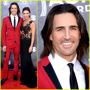 Jake Owen's Suit Matches the Red Carpet at ACM Awards 2014!