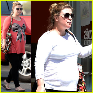 Kelly Clarkson Reveals Large Baby Bump During Easter Weekend with Family!