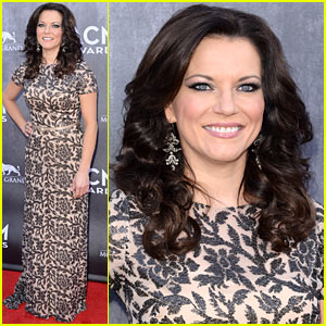 Martina McBride Wears a Tight Patterned Dress for ACM Awards 2014!