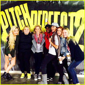 This Rehearsal Pic of Rebel Wilson & Elizabeth Banks Gets Us Super Excited For 'Pitch Perfect 2'!