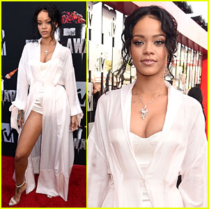 Rihanna Shows a Ton of Leg at MTV Movie Awards 2014!