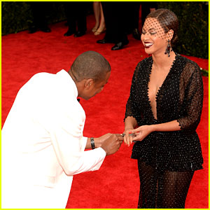 Beyonce Loses Her Ring at Met Ball 2014, So Jay Z Finds It & Gives Her a Mock Proposal!