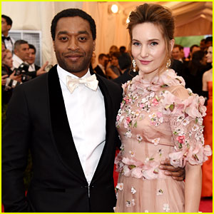 Chiwetel Ejiofor Hits Met Ball 2014 Red Carpet with Flowerful Girlfriend Sari Mercer!