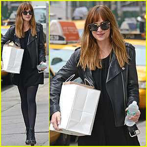 Dakota Johnson Could Use an Extra Pair of Hands in NYC!