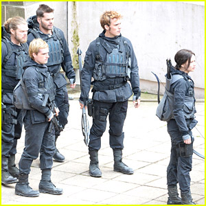 Jennifer Lawrence Explains Cloak Costume To Non-'Hunger Games' Readers