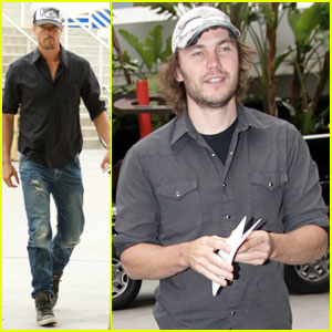 Josh Duhamel & Taylor Kitsch Bring Handsomeness to the L.A. Kings Game!