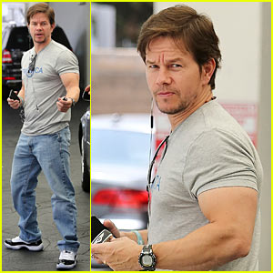 Mark Wahlberg's Biceps Looks Unbelievably Huge!