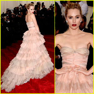 Suki Waterhouse Walks Met Ball 2014 Red Carpet Separately from Boyfriend Bradley Cooper