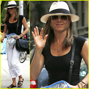Jennifer Aniston & Justin Theroux Have 'Hot Feet' Over Their Wedding!