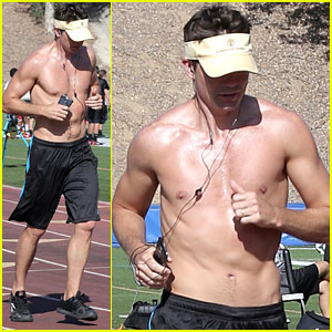 Jerry O'Connell Shows Off Fit Body While Running Shirtless!