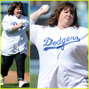 Melissa McCarthy Throws Out First Pitch at Dodgers Game!