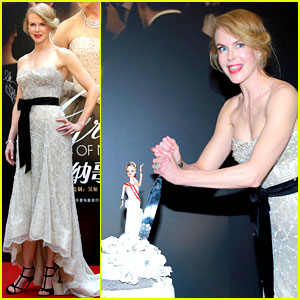 Nicole Kidman Gets Animated While Cutting Her 'Grace of Monaco' Cake in Shanghai
