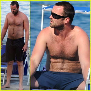 300: Rise of an Empire's Sullivan Stapleton Strips Down Shirtless For Ischia Beach Day!