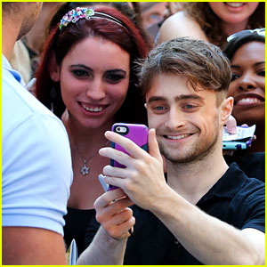 Daniel Radcliffe Makes Fans Day with Selfies!