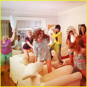 'Pitch Perfect 2' Stars Wrap Production with a Pillow Fight!