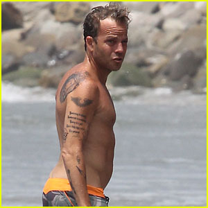 Stephen Dorff Takes a Shirtless Swim in the Ocean!