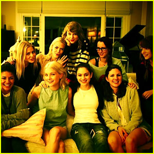 Taylor Swift Takes a Family Portrait with Emma Stone, Jaime King & More Celeb Friends!