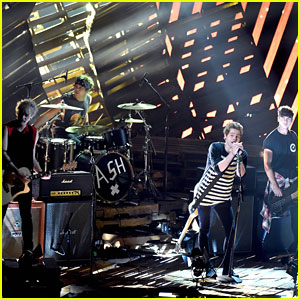 5 Seconds of Summer Gives Us 'Amnesia' at the MTV VMAs 2014 - Watch Their Performance Here!