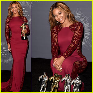 Beyonce Shows Off Her Four Moonmen in VMAs Press Room!