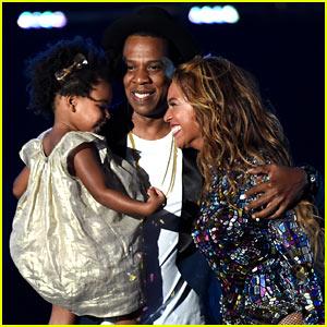 Blue Ivy Presents Mom Beyonce with Award at VMAs 2014!